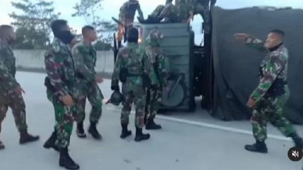 Beredar Video Truk TNI Kecelakaan di Jalan Tol Salatiga, Korban Dibawa ke RS Slamet Riyadi
