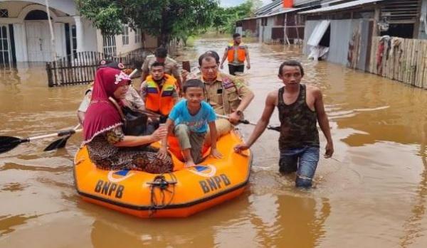 Banjir 2 Meter Rendam Ratusan Rumah di Pekanbaru, Warga Dievakuasi