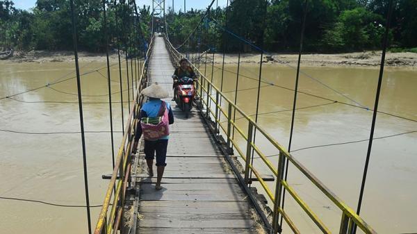 Ibu-Anak Terjun ke Sungai saat Lintasi Jembatan Gantung Suami Bergelantungan