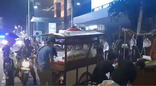 Razia Jam Malam di Jakarta, Petugas Bubarkan PKL dan Kerumunan Pengunjung