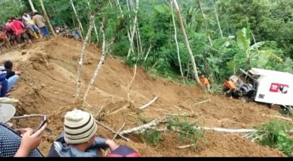 Jalan Amblas, Mobil Es Krim Terperosok ke Jurang Sedalam 100 Meter di Banjarnegara