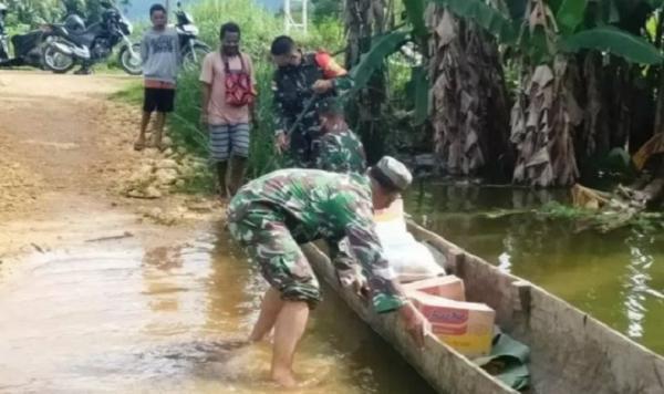 Aksi Babinsa Terobos Banjir Demi Salurkan Bantuan Sembako bagi Warga Mamberamo