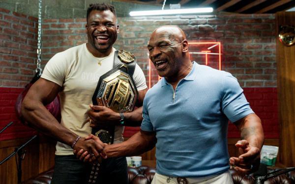 Mike Tyson Foto Jabat Tangan Juara Kelas Berat UFC Francis Ngannou, Sepakat Duel?