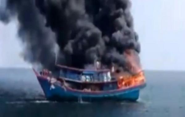 Video 13 Awak Lompat ke Laut saat Kapal Terbakar di Perairan Asahan