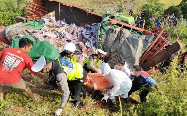 Truk Muatan Keramik Tabrak Truk Parkir Darurat di Jalan Tol Pekalongan, 1 Tewas