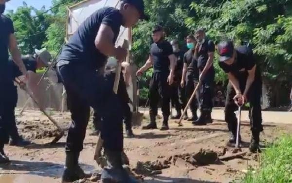 Pasukan Brimob Polda Bali dan NTT Mulai Bersihkan Lumpur di Adonara