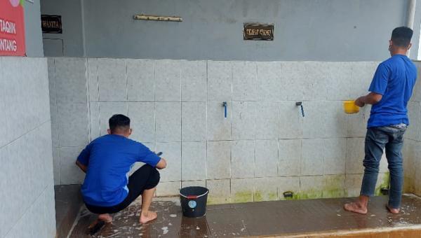 Sambut Ramadan, Warga Binaan Rutan Salatiga Bersih-Bersih Masjid