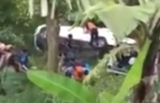 Detik-Detik Dua Mobil Masuk Jurang di Mojokerto