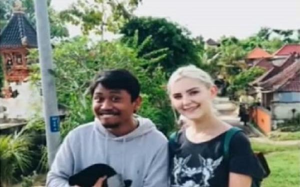 Heboh, Bintang Porno Rusia Ini Dikerumuni Pria di Bali