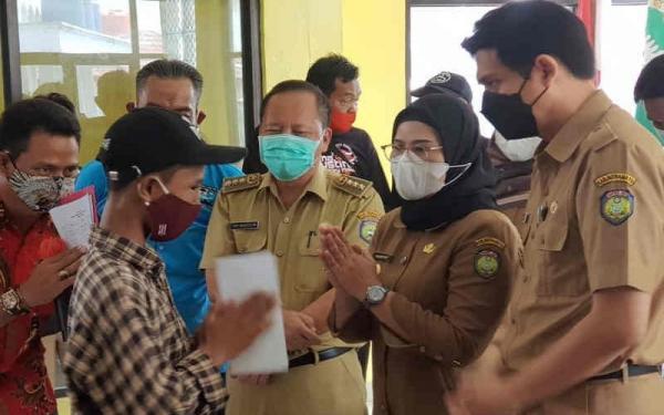 Pemkab Indramayu Santuni ABK Barokah Jaya yang Alami Kecelakaan Laut