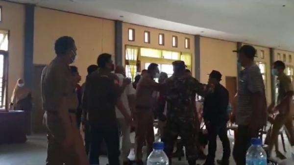 Rakor di Aula Kecamatan Ricuh, Pengurus Koperasi Lempar Kursi ke Anggota Dewan