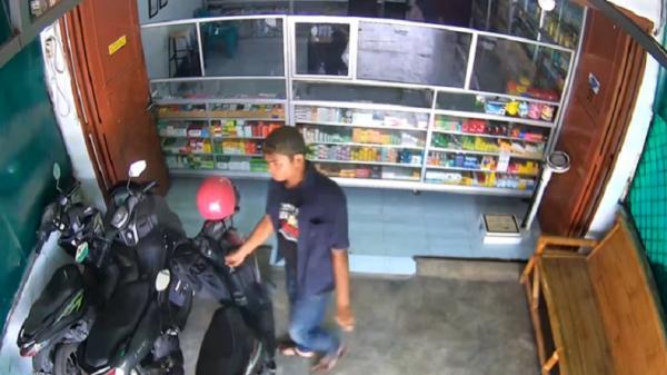 Pura-Pura Beli Obat, Pencuri Motor Beraksi di Apotek Tembung Terekam CCTV