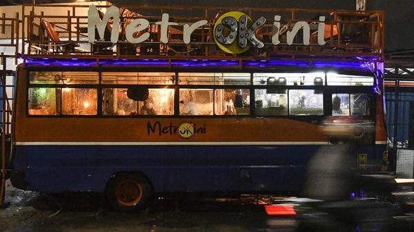 Unik, Metromini Bekas Disulap Jadi Kafe di Bekasi