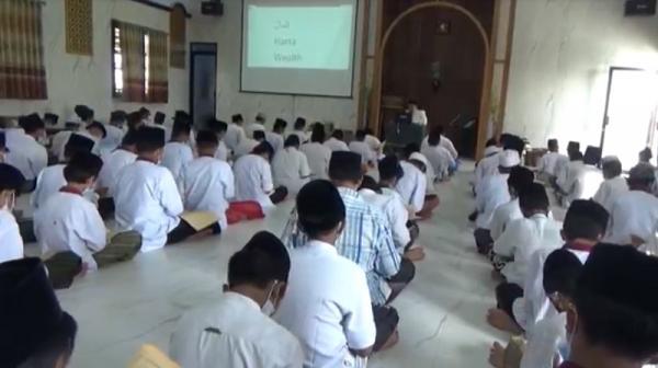 Pesantren di Jombang Ini Ajarkan Kitab Kuning dengan Bahasa Inggris