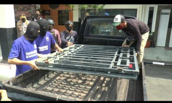 Kehabisan Rokok saat Pesta Miras, 2 Remaja Ini Curi Pagar Besi Rumah Warga di Cilacap