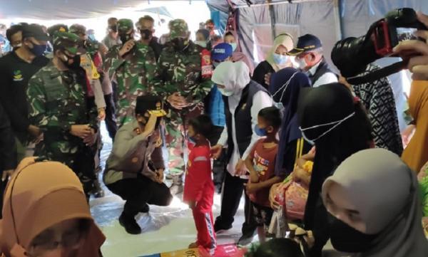 Bersama Forkopimda, Kapolda Jatim Serahkan Bantuan Korban Gempa di Malang