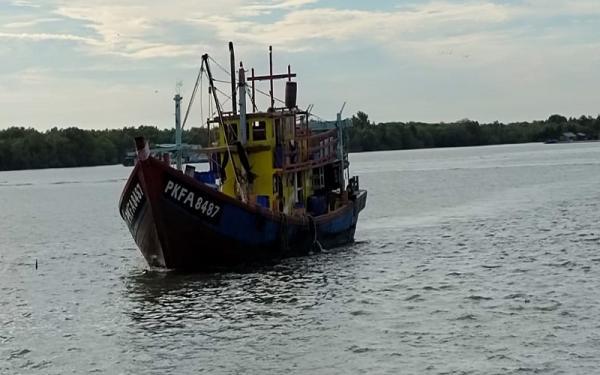 KKP Sergap Kapal Ikan Asing Ilegal Berbendera Malaysia