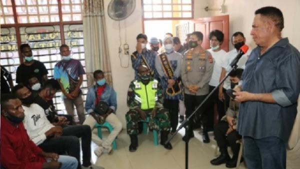Datangi Asrama Mahasiswa Papua di Makassar, Komjen Paulus Waterpauw Cerita soal KKB
