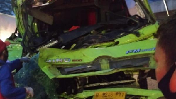 Kecelakaan di Tol Jor KM 20.800, Bagian Depan Truk Ringsek