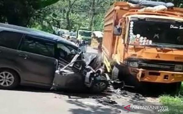 Ngebut, Minibus Tabrakan dengan Tronton di Cikalongkulon Cianjur, 1 Tewas