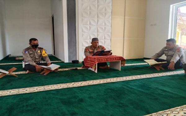 Menginspirasi, Polisi di Musi Rawas Mengaji Satu Juz per Hari Selama Ramadan