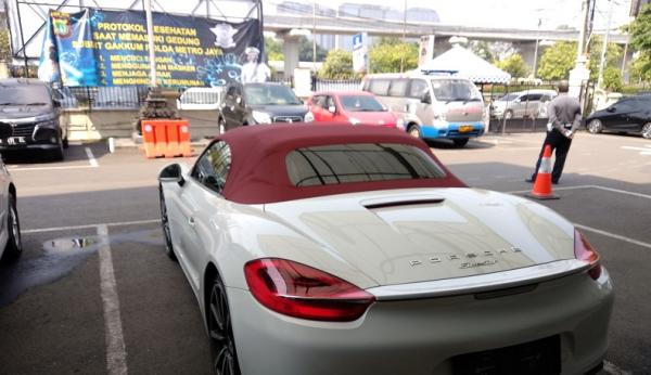 Viral Mobil Porsche Masuk Jalur Bus Transjakarta, Pengemudi Diciduk Polisi