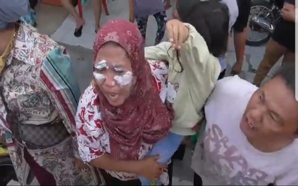 Terkena Tembakan Gas Air Mata Polisi, Emak-Emak di Medan Belawan Mengamuk