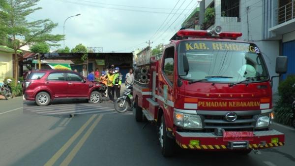 Ngebut ke Lokasi Kebakaran, Mobil Damkar di Rembang Tabrak Mobil Bu Dokter