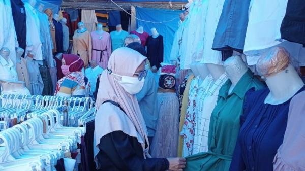 Penjual Hijab di Pasar Raya Padang Laris Manis, Untung Rp3 Juta Sehari