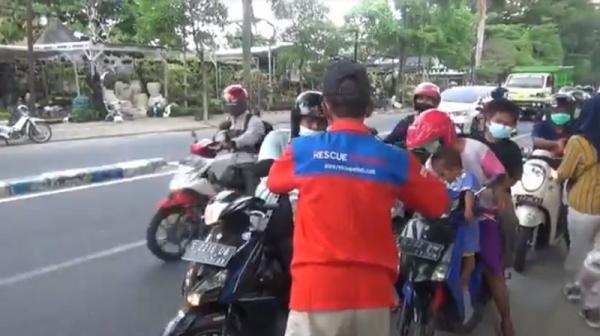 Takjil Gratis DPW Rescue Perindo Jatim, Warga: Alhamdulillah Semoga Berkah