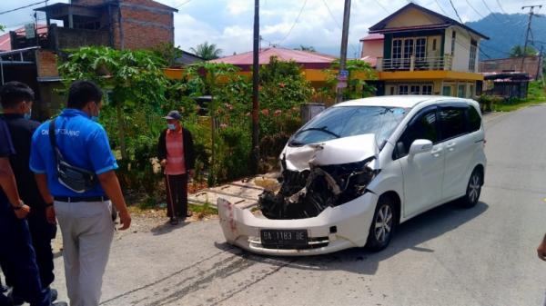 Honda Freed di Padang Ringsek Usai Dihajar Kereta Api
