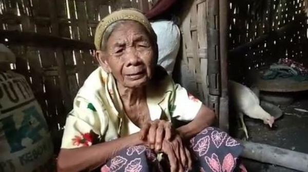 Nenek Renta Ini Tinggal di Rumah Nyaris Ambruk Bersama Anaknya yang Lumpuh