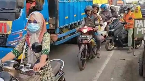 2 Hari Jelang Penyekatan, Pemudik Terjebak Macet Akibat Pasar Tumpah  Tegalgubug Cirebon