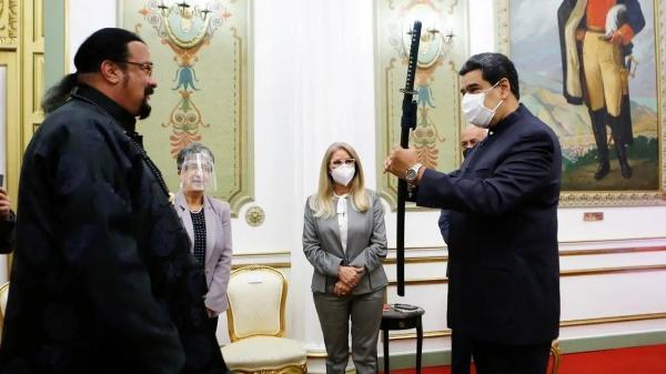 Presiden Venezuela Nicolas Maduro Dapat Hadiah Pedang Samurai dari Steven Seagal