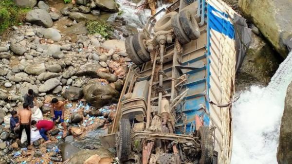 Truk Pengangkut Susu di Padang Terjun Bebas ke Jurang Sedalam 30 Meter