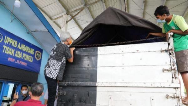 Aksi Ganjar Panjat Truk di Posko Ajibarang lalu Teriak: Halo, Ada Orang di dalam?