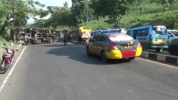 Tak Kuat Menanjak, Truk Angkut Mundur dan Terguling di Cicalengka Bandung