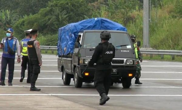 Nekat Terobos Penyekatan di Semarang, Kendaraan Pemudik Ini Diadang Brimob Bersenjata
