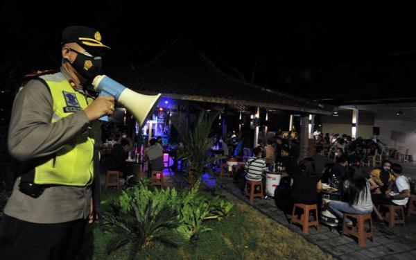 Polisi Bubarkan Pengunjung Kawasan Wisata Legian Bali