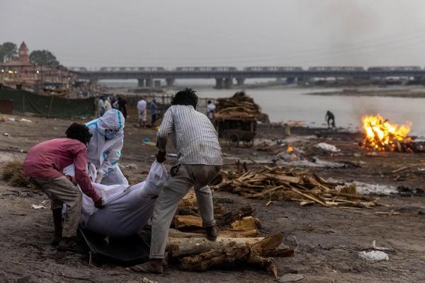 Penampakan Warga Buang Jenazah Covid-19 ke Sungai Gangga