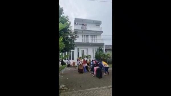 Viral, Pengusaha Perempuan Tebar Uang Bonus Karyawan Rp100 Juta dari Balkon