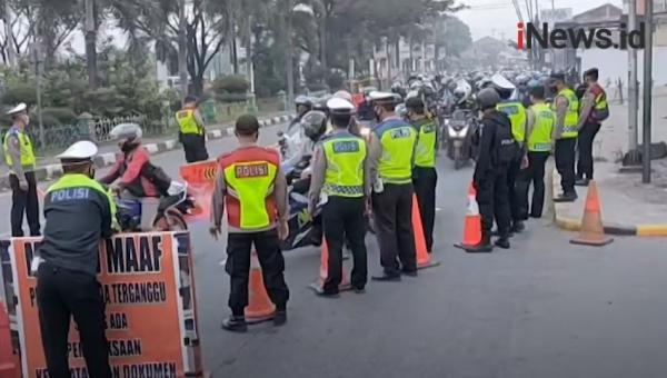 Video Pemudik Motor di Cirebon Diputar Balik Petugas
