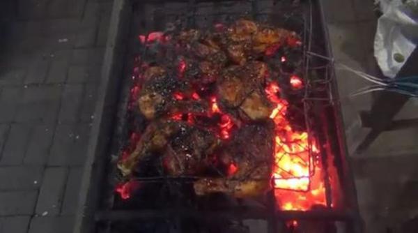 Silakan Coba, Ayam Bakar Cemani yang Lagi Hits di Batang
