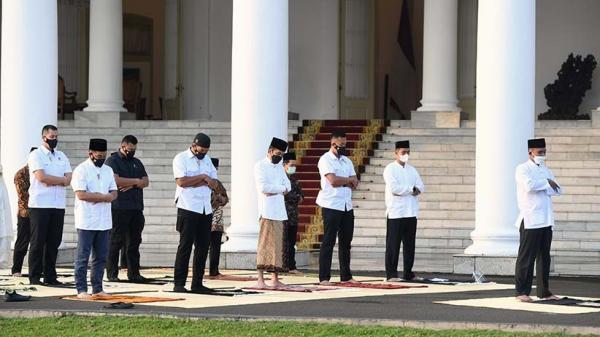 Presiden Jokowi dan Ibu Negara Sholat Idul Fitri di Halaman Istana Bogor