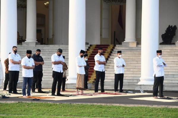 Dengan Protokol Kesehatan Ketat, Presiden Jokowi dan Ibu Negara Sholat Id di Halaman Istana Kepresidenan Bogor