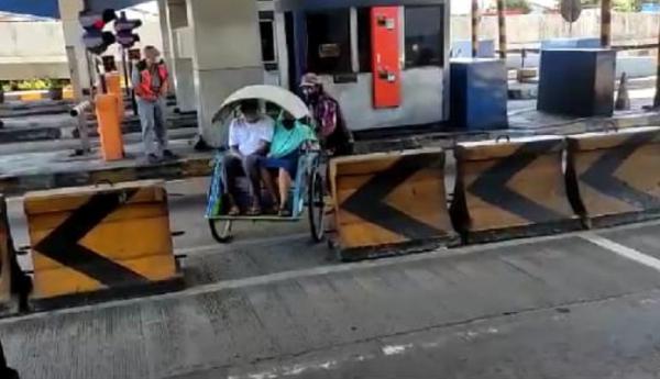 Viral Becak Melintas di Jalur  Tol Dupak, Petugas: Ini Masuk Golongan Berapa