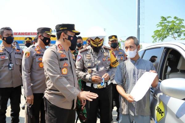 Cek Arus Balik di GT Kalikangkung, Kapolda Jateng Tempelkan Stiker ke Kendaraan Pemudik