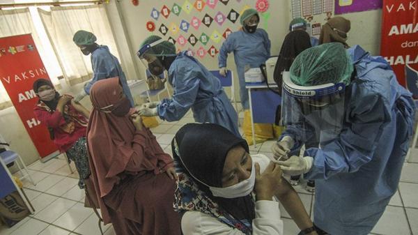 2.000 Guru Jalani Vaksinasi Covid-19 Massal di Depok