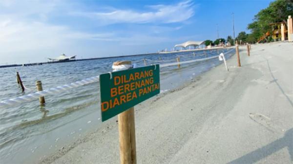 Penampakan Pantai Ancol Dipasang Pagar, Pengunjung Dilarang Berenang