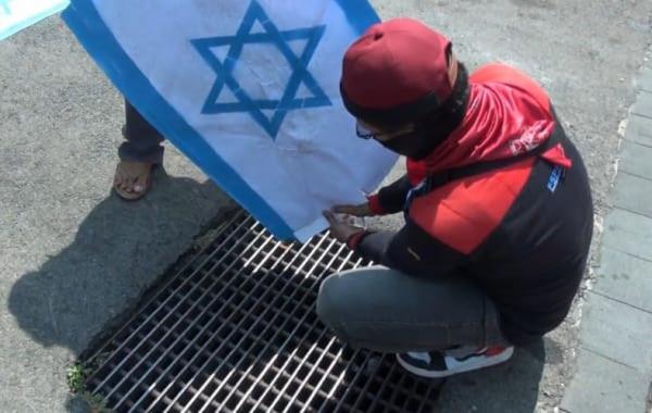 Demo di Depan Kantor Ganjar, Puluhan Buruh dan Warga Semarang Bakar Bendera Israel